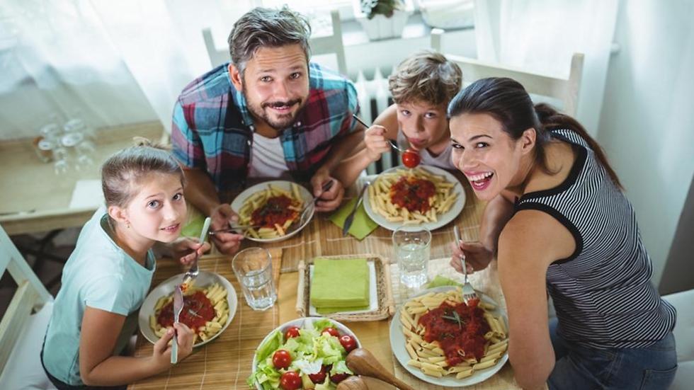שתפו את הילדים בהכנות לארוחה (צילום: shutterstock)