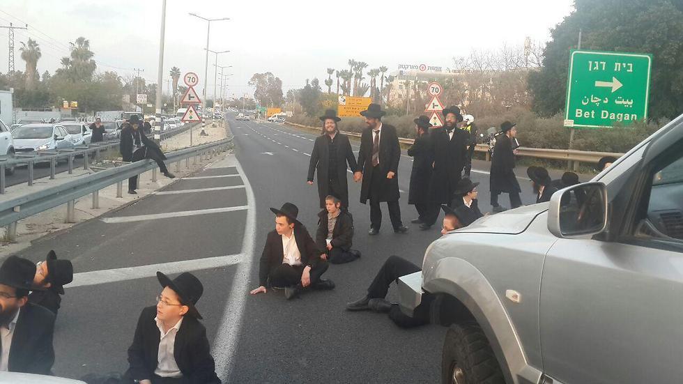 החרדים מסתכלים עליהם בביקורת (צילום: דוברות המשטרה)