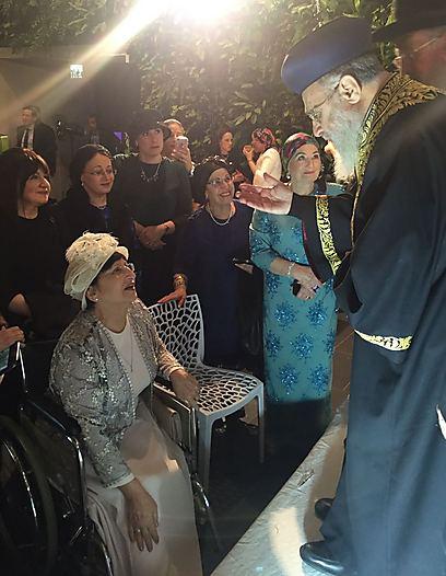 הרבנית עדינה ואחיה, הרב הראשי. שברה את הרגל ערב האירוע ()