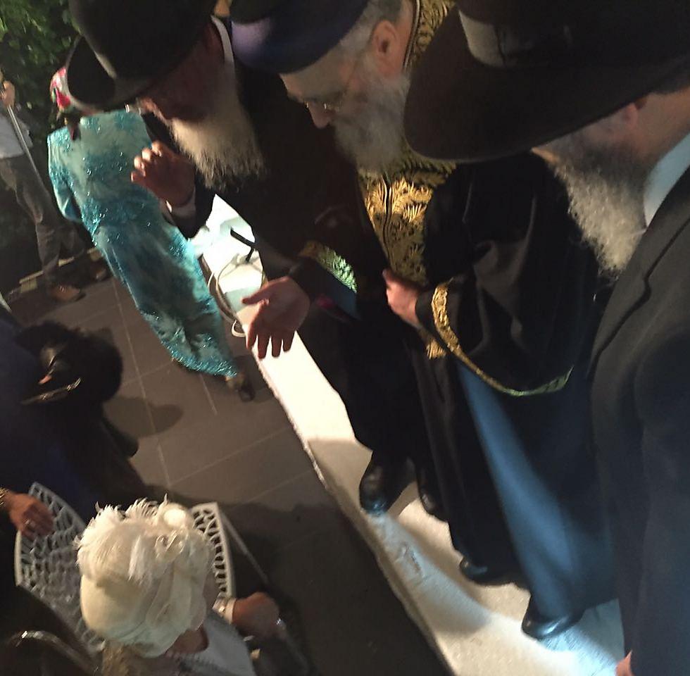 שלושת הרבנים לבית יוסף, עם אחותם הבכורה הרבנית עדינה בר-שלום, שהיא גם הסבתא וגם הדודה של החתן-כלה ()