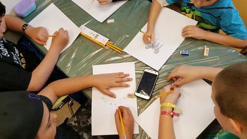 מציירים במחלקה האונקולוגית בבית החולים לילדים בתל השומר (צילום: דניאל צ'ציק)