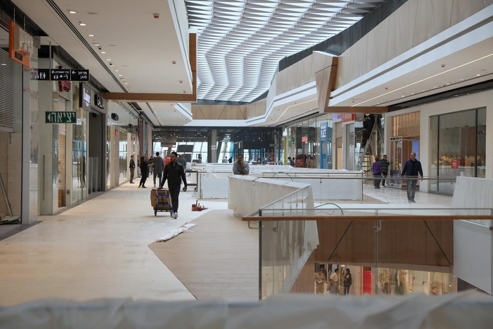 הקניון נפתח לפני שהעבודות בו נגמרו. ''אנחנו מציעים מותגים שאין במקומות אחרים'', אומרת דנה עזריאלי, ומתכוונת בין היתר לחנות הבית של H&M (צילום: רפי דלויה)