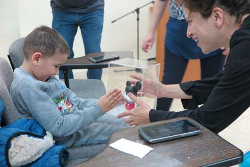 המעצבת כרם קמינסקי מוסרת את הבובה לאיתן, היום בבית החולים לילדים בתל השומר (צילום: מייקל סוואק, מנהל שיווק סטרטסיס)