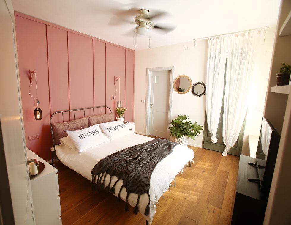 חדר השינה שופץ בהשראת מלון בוטיק פריזאי שקירותיו עוטרו בלייסטים מעץ (צילום: אלעד גרשגורן )