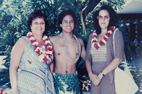 """בכר (משמאל) בטיול להוואי. """"החוסר בילדים הוא הטראומה של חיי"""" (צילום רפרודוקציה: ישראל יוסף)"""