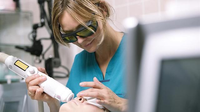 מכשירים שמבוססים על הבזקי אור. טיפול אצל קוסמטיקאית (צילום: shutterstock) (צילום: shutterstock)
