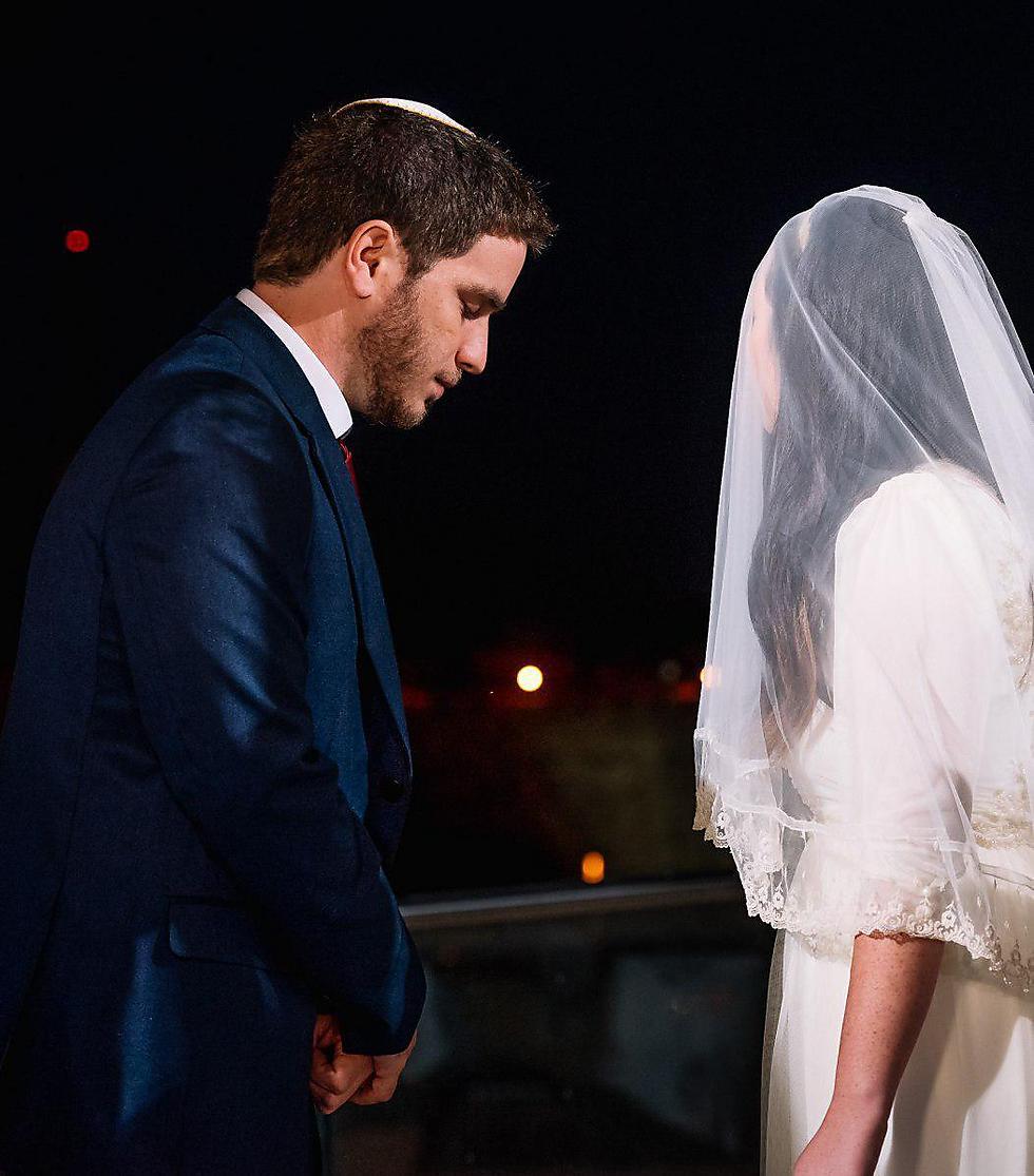 """""""אני רואה את התנהלות הרבנות בצורה כוחנית ומונופולית, משהו שלא רציתי שיהיה חלק מהנישואים שלי"""". נועם אורן ובת זוגו (צילום: ירין טרנוס)"""