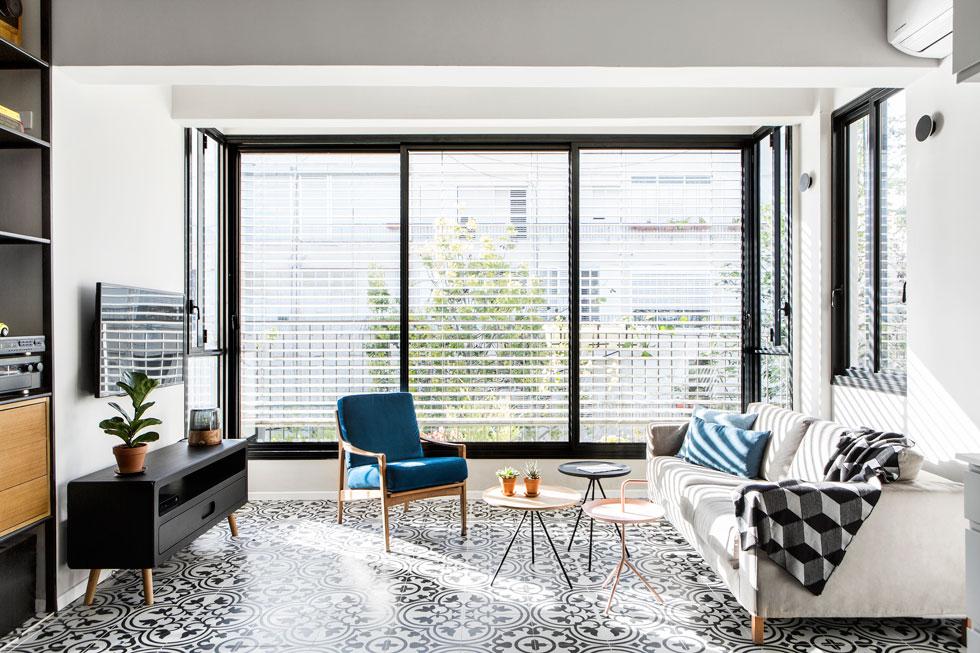 """""""לא היה מקום להתפרע בגודל הרהיטים"""". מבט לסלון (צילום: איתי בנית)"""