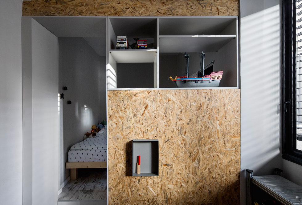 הארון המפריד בין חדר השינה לחדר המשחקים, המשמש את שני הבנים. בעתיד ניתן יהיה להפוך אותם לשני חדרים נפרדים  (צילום: איתי בנית)