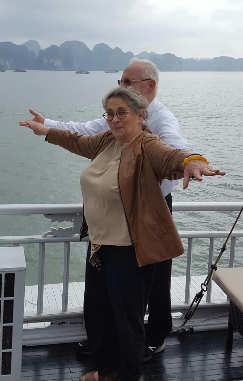 """Супруги Ривлин во время визита во Вьетнам воспроизводят знаменитую позу из фильма """"Титаник"""". Фото: Итамар Айхнер"""