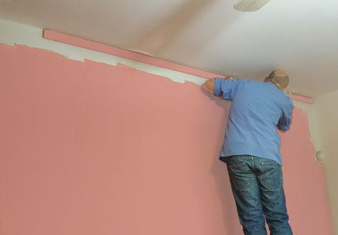 """ניתן ליצור """"מסגרת"""" לקיר על-ידי הדבקת לייסט אנכי בצמוד לתקרה (צילום: הילה מגריל)"""