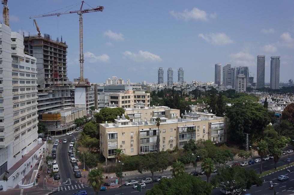הבניינים המיועדים להריסה. 208 דירות במקום 69 דירות כיום ()