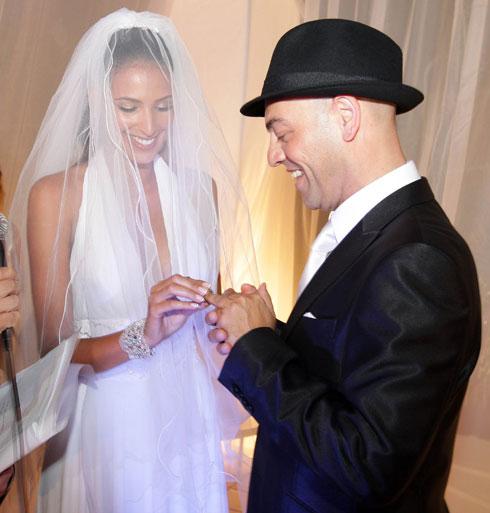 """עם מירי לוי. """"בחתונה שמתי כובע כדי לטשטש את הבדלי הגובה"""" (צילום: רפי דלויה)"""