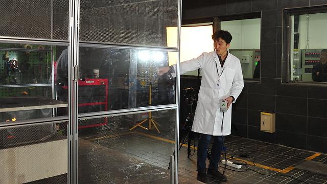 """מדגמנים סוללה בטוחה במעבדה (צילום: יח""""צ LG) (צילום: יח"""