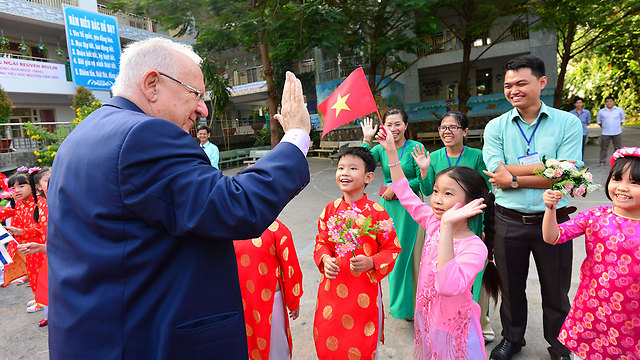 Rivlin visits a Vietnamese elementary school (Photo: Kobi Gideon/GPO) (Photo: Kobi Gidon/PMO)