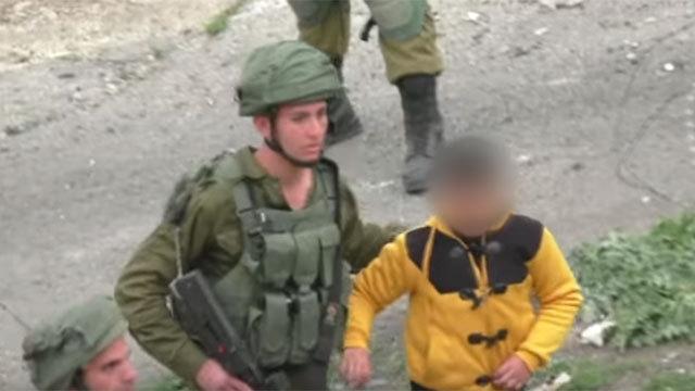 """הצילומים שייאסרו בחוק: תיעוד של עיכוב ילד פלסטיני ע""""י בצלם (צילום: בצלם) (צילום: בצלם)"""