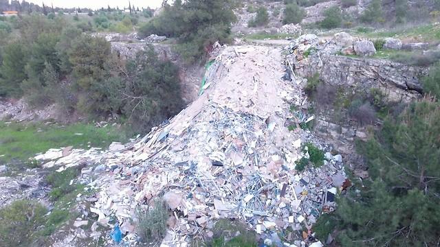 פסולת בניין שהושלכה ביער קולה ()