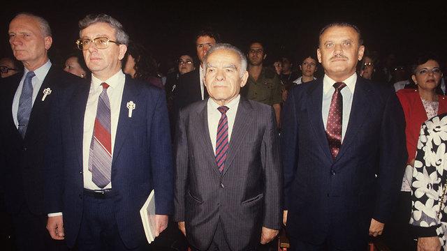 עם ראש הממשלה יצחק שמיר, והשופט מאיר שמגר (צילום: מיכאל קרמר) (צילום: מיכאל קרמר)