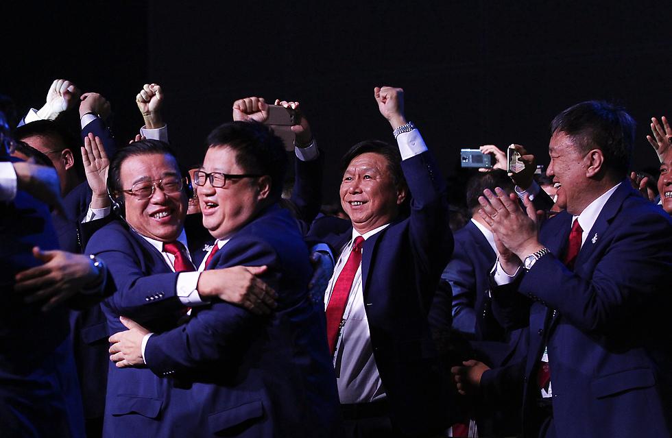 המשלחת הסינית חוגגת את ההכרזה על בייג'ינג' כמארחת (צילום: EPA) (צילום: EPA)