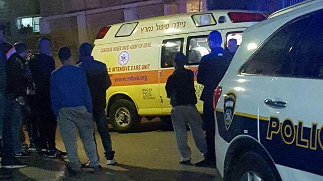 אמבולנס וניידת משטרה בג'סר א-זרקא. מראה כמעט יומיומי ()