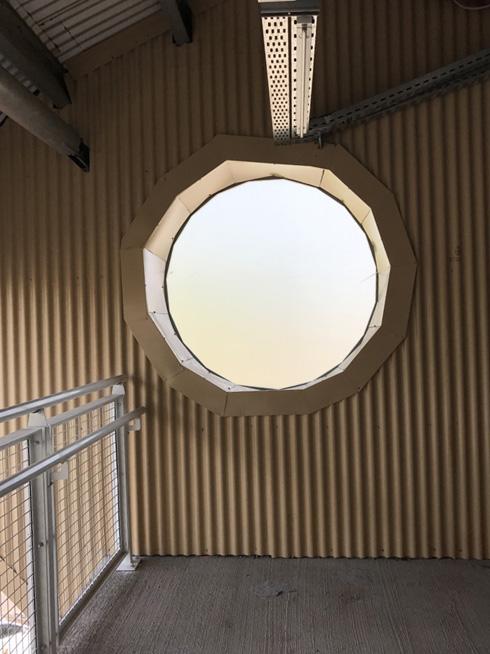 החלונות העגולים יצאו משוננים. המפעל חדשני, איכות הבנייה לא (צילום: הילה שמר)