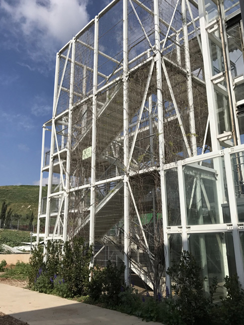 """הגשר """"הקל""""עשוי רשת פח  לבנה. מראה לא אופייני לאתר פסולת (צילום: הילה שמר)"""