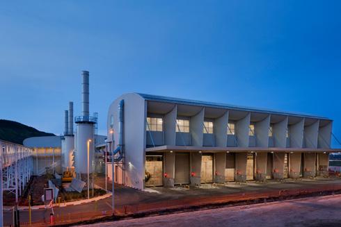 המפעל בשעת ערב. המיכלים הלבנים  שלצדו משמשים לטיהור אוויר וליניקת אבק  (צילום: אסף פינצוק)