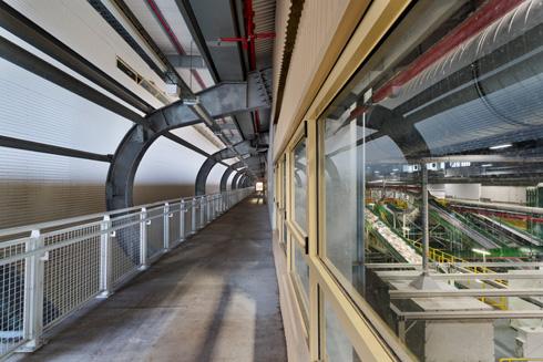 מדרך הולכי הרגל מלווה את אולם הייצור, שבו ניתן לצפות מבעד חלונות (צילום: אסף פינצוק)