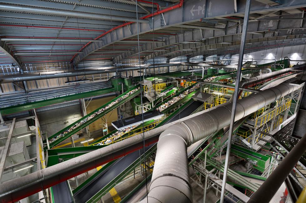 מסועי  ענק מובילים את הפסולת באחד משלבי התהליך. המבקרים לא יכולים להיכנס לתוך המפעל, אך יכולים לצפות במראה העוצמתי מבעד חלונות  (צילום: אסף פינצוק)