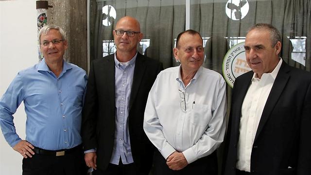מימין: משה קפלינסקי, רון חולדאי, דורון ספיר ואריאל קפון (צילום: אבי מועלם)
