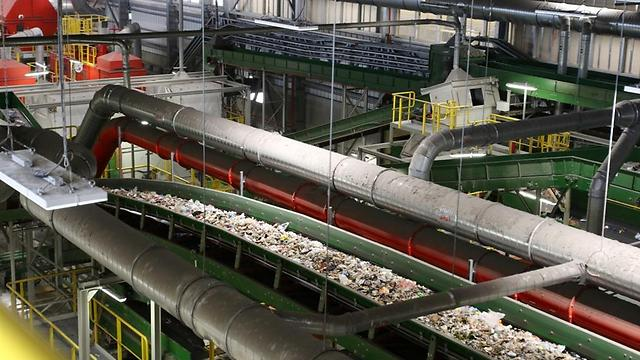 מבט מבפנים למפעל המחזור (צילום: אבי מועלם)