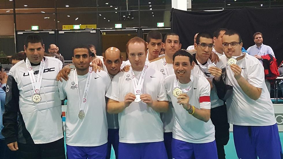 נבחרת ישראל בהוקי רצפה עם מדליות הכסף