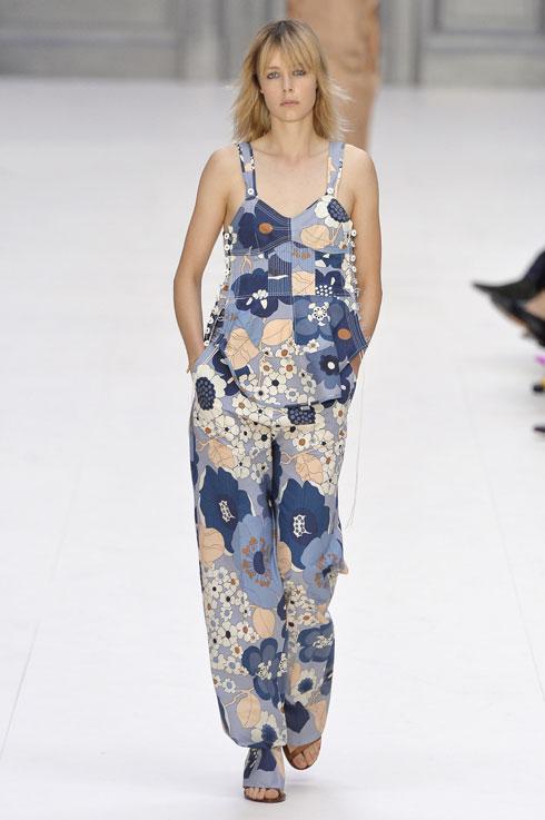 לא רק על שמלות מתנפנפות. אוברול פרחוני בתצוגה של קלואה (צילום: Gettyimages)