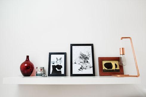 הדירה מעוצבת בפשטות, כשפריטי הלבוש מפוזרים בין החדרים (צילום: ענבל מרמרי)