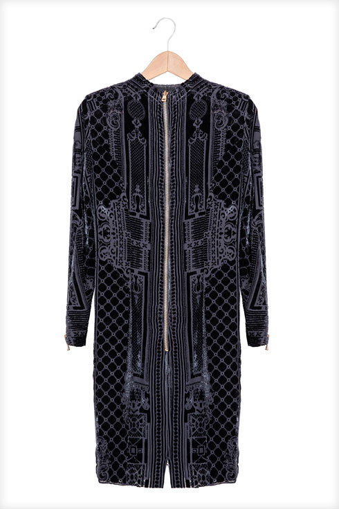 """""""הסתובבתי עכשיו חודש בצילומים בפראג, ויום אחד נכנסתי לחנות קצת לא ברורה. אבל אז ראיתי את השמלה הזו של בלמן, חדשה מהשקית ב-200 יורו"""" (צילום: ענבל מרמרי)"""