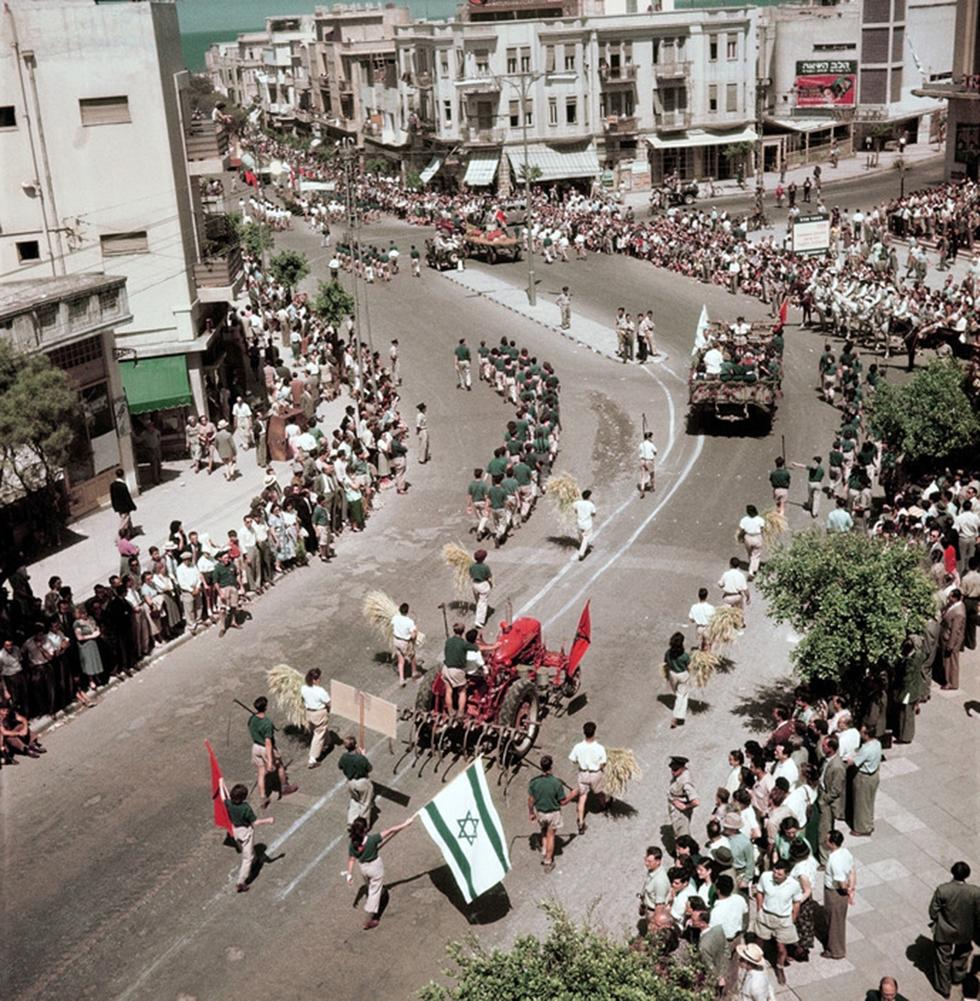 Tel Aviv's 1952 Independence Day parade (Photo: David Seymour)