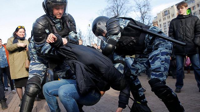 שוטרים מפזרים בכוח את המפגינים בבירה (צילום: רויטרס) (צילום: רויטרס)