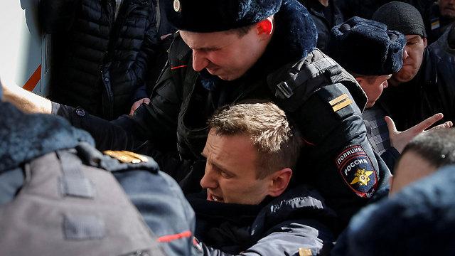 מעצרו של נבלני ליד מקום ההפגנה במוסקבה (צילום: רויטרס) (צילום: רויטרס)