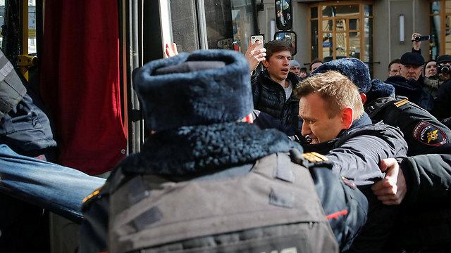 נבלני מובל למעצר (צילום: רויטרס) (צילום: רויטרס)