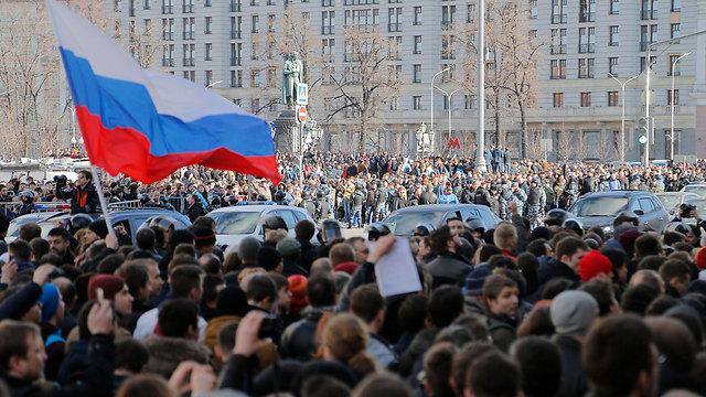 היו גם שלטי ברווזים. דגל רוסיה מונף בכיכר (צילום: EPA) (צילום: EPA)