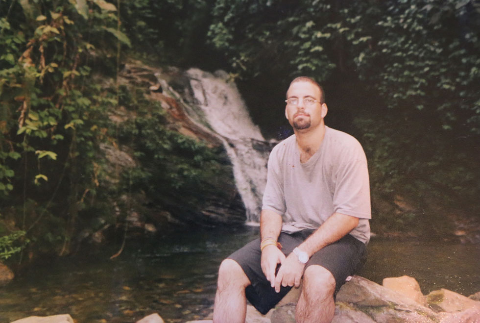 """אלטויל בקולומביה, 2003. """"שאלתי אם מסוכן שם, ואמרו לי שממש לא, שאנשי הגרילה לא מתעסקים עם תיירים""""  (מתוך אלבום פרטי)"""