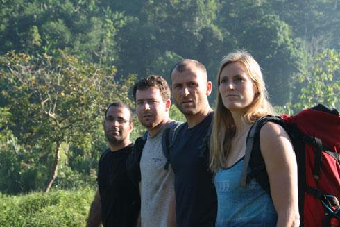 """וייגל (מימין), הנדרסון, עידו גיא וארז אלטויל בשחזור בקולומביה. """"בחרתי לצחוק על זה"""" (מתוך אלבום פרטי)"""
