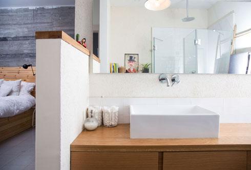 במקלחת של חדר ההורים ויתרו על סגירה מטעמי תקציב (צילום: שרית גופן)