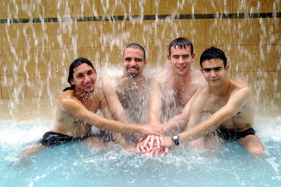 """ארבעת החטופים הישראלים (מימין: אוחיון, גיא, אלטויל ודניאל) חוגגים את השחרור במלון באילת. """"כל אחד התייחס לחוויה הזו בצורה אחרת"""" (צילום: ג'ו קוט)"""