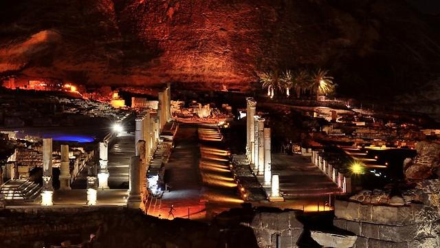 מופע אור קולי בבית שאן העתיקה (ארכיון רשות הטבע והגנים)