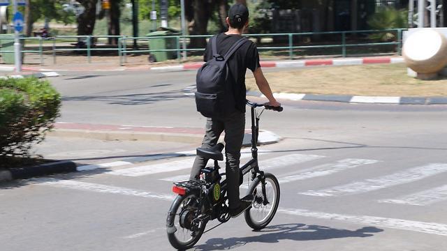 רוכבי אופניים חשמליים ברעננה. בבתי הספר החלה אכיפה מוגברת (צילום: מוטי קמחי ) (צילום: מוטי קמחי )