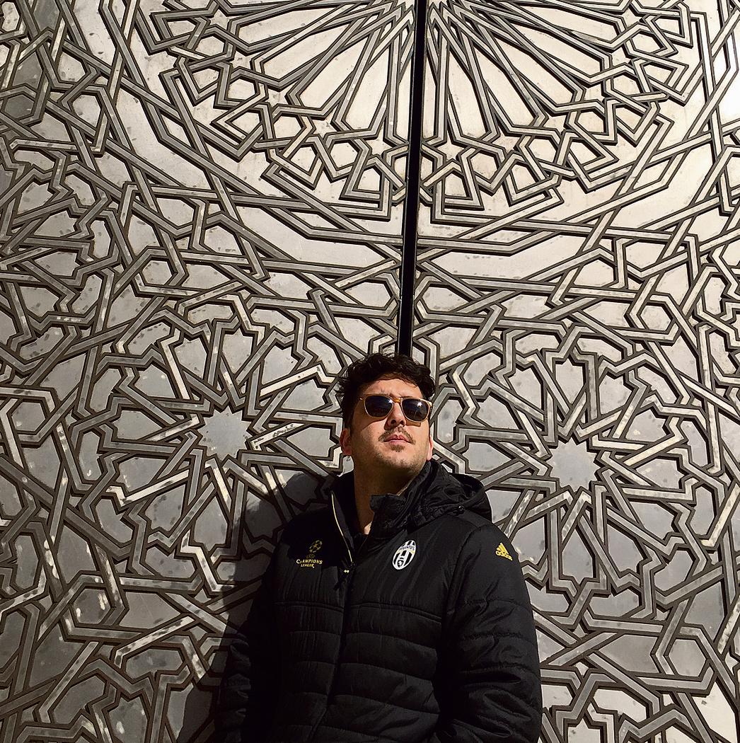בכניסה למסגד חסן השני המונומנטלי