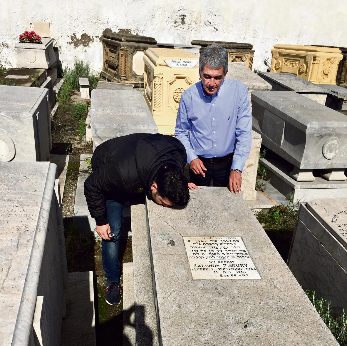 """אני ואבי על קברו של סלומון אזאגורי ז""""ל. הבנתי שדווקא בחיפוש עצמו נמצאת ההמשכיות שלה אבות מפללים מצאצאיהם"""