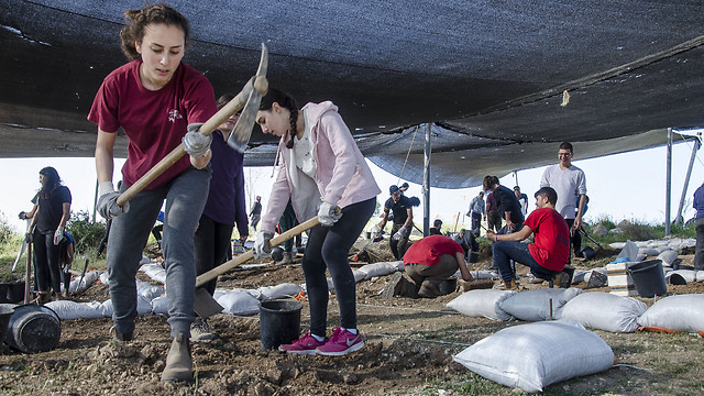 Boyer High School students participating in the archaeological excavation at Ramat Bet Shemesh. (Photo: Israel Antiquities Authority)