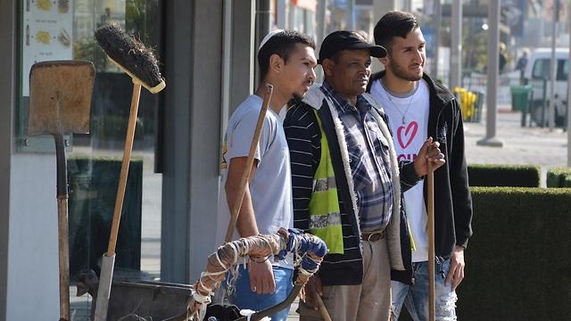 """הנוער בנתיבות הצטרף הבוקר לעובדי הניקיון בעיר (צילום: יח""""צ)"""